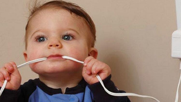 очень важно стараться буквально каждый день обьяснять малышу, что есть вещи опасные.
