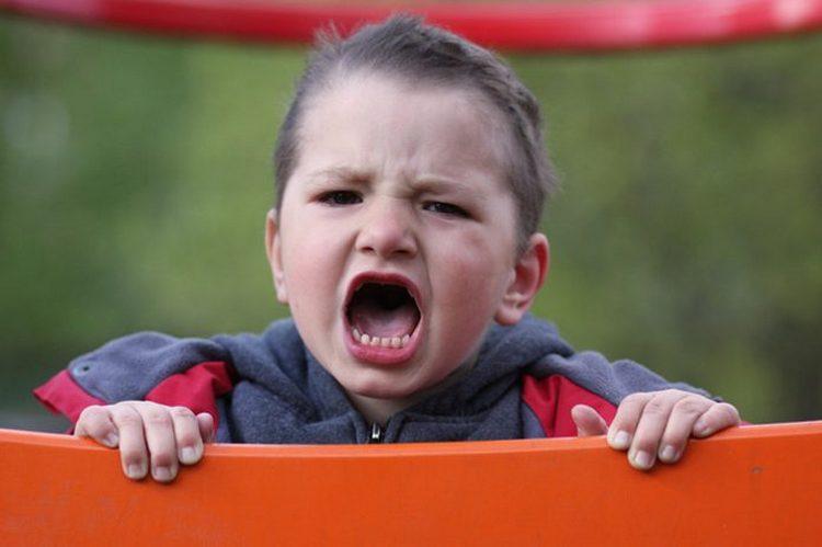 Кризис трехлетнего возраста у ребенка может проявляться истериками, ссорами, негативизмом, упертостью, строптивостью.