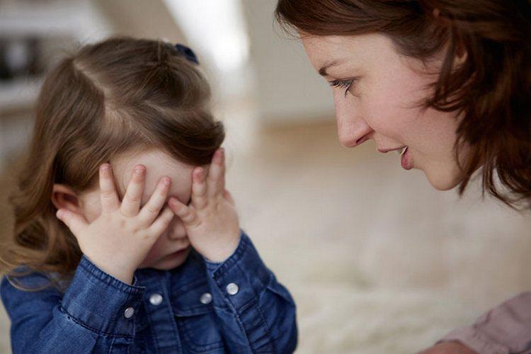 Кризис 3х лет у ребенка требует одновременно и повышенного внимания со стороны родителей, и достаточной самостоятельности малыша.