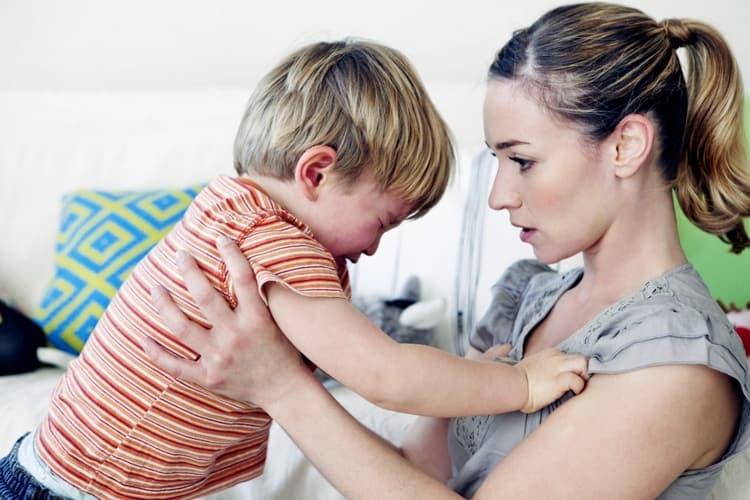 На многих деток хорошо действует, если мама дает им понять, что сильно расстроена их действиями.