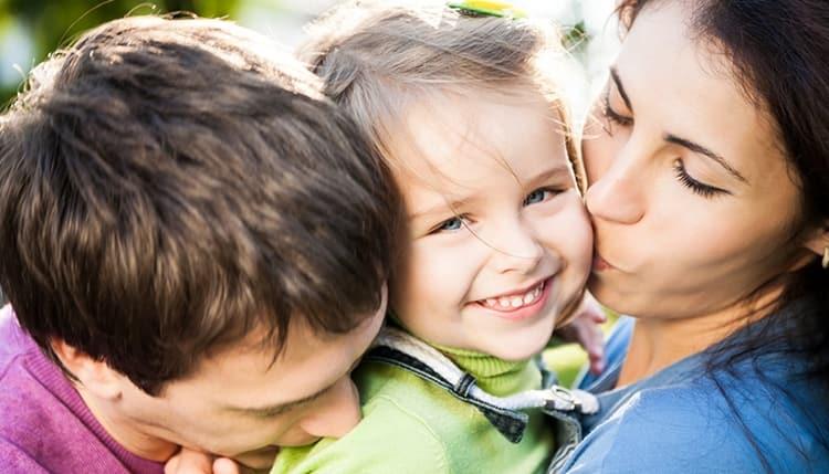 именно в 5 лет для ребенка чрезвычайно большое значение имеет уважение и похвала родителей.