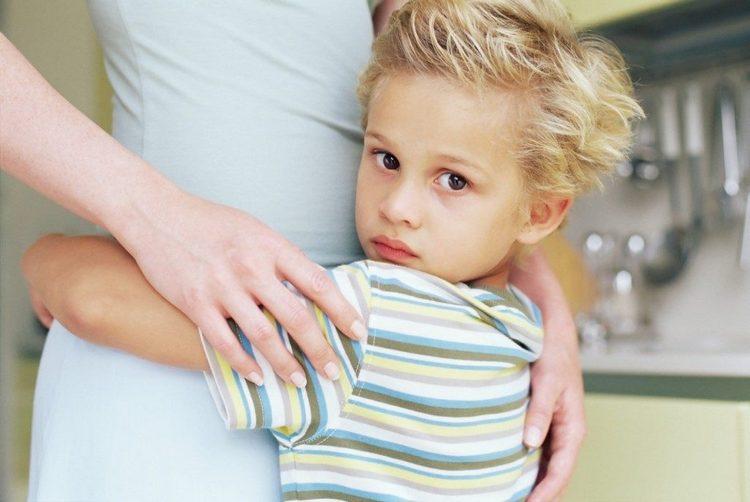 В 5 лет дети опять становятся очень привязанными к родителям, нуждаются в ласке, поощрении, похвале.