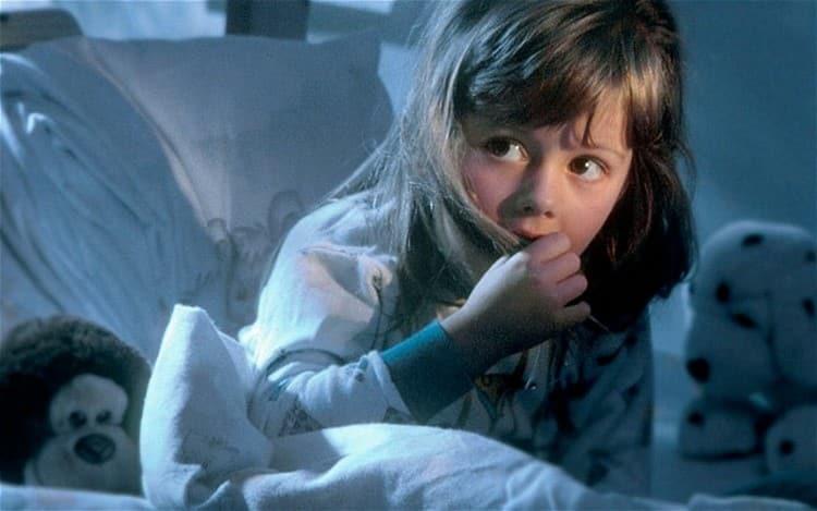 именно в 5 лет дети часто начинают бояться темноты, монстров и прочего.