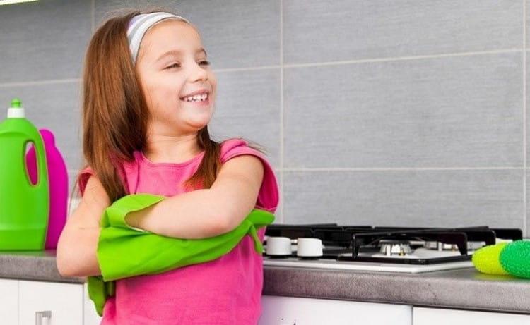 Не забывайте и о том, что на ребенка в этом возрасте важно наложить и некоторые домашние обязанности.