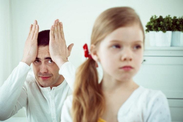 Кризис семи лет у ребенка нередко может проявляется стремлением к самостоятельности, упрямством.