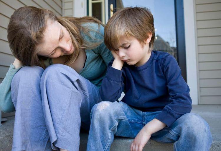 Чрезвычайно важно не ругать ребенка, а наоборот, стараться его понять и объяснить, что не так, но спокойно.