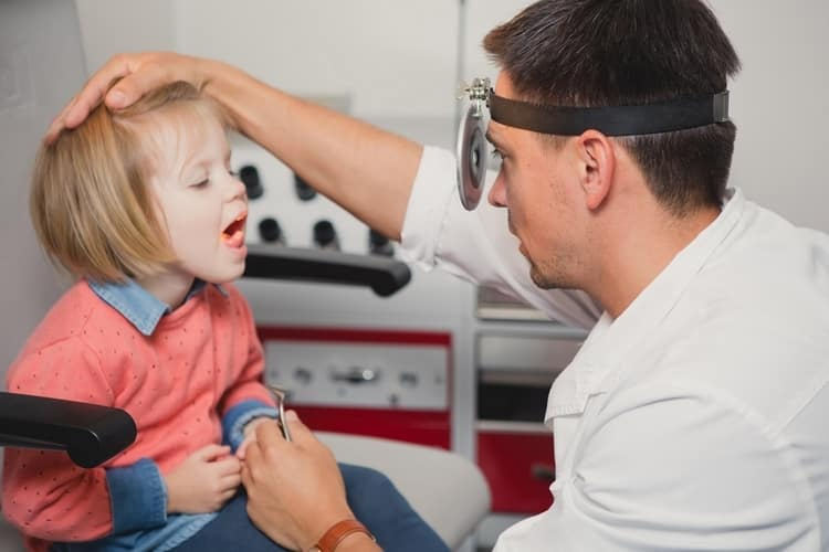 если ребенка беспокоят частые ангины, стоит обратиться за консультацией к ЛОРу.