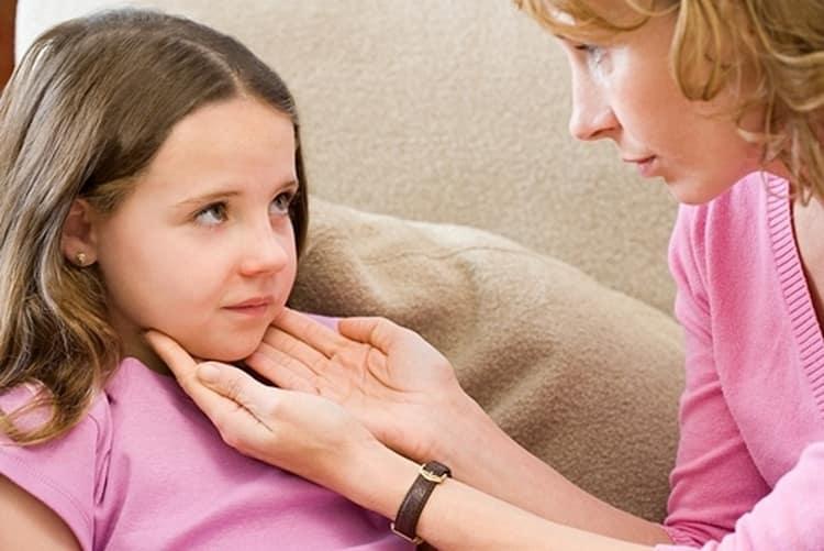 При таком недуге, помимо высокой температуры, у ребенка увеличиваются лимфоузлы.