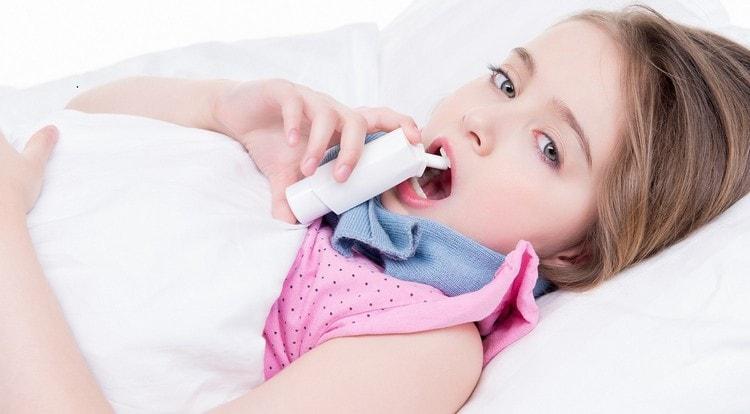 Чем меньше возраст ребенка, тем больше вероятность того, что при лакунарной ангине лечить его будут в стационаре.