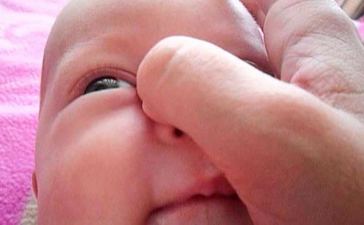 Посмотрите, как делать массаж глаз новорожденному.