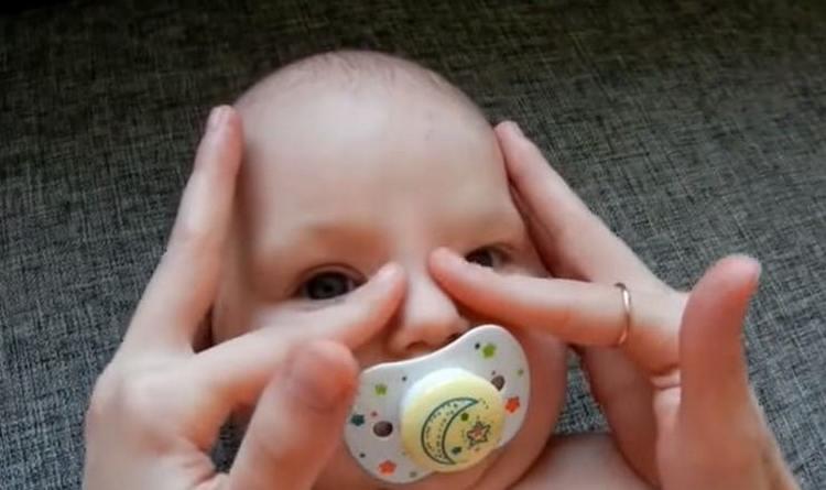 На видео показано, как делать массаж слезного канала у новорожденного.