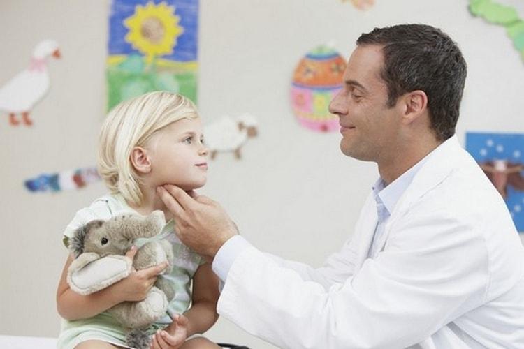 Симптомы и признака мононуклеоза у детей очень неоднозначны, и лучшим способ постановки диагноза будет специальный анализ крови.