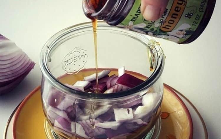 Лук, настоянный с медом, тоже издавна используется для лечения кашля.