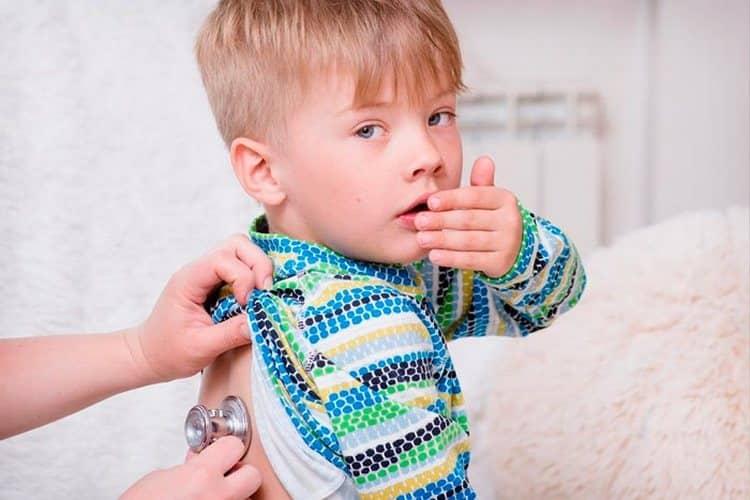 В ряде случаев лечение народными средствами неуместно, и ребенка надо вести к врачу.