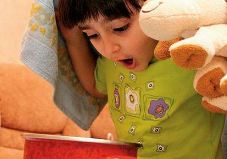 Один из самых популярных способов лечения кашля народными средствами быстро у детей это ингаляции над горячим паром.