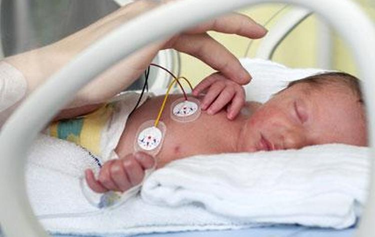 У многих недоношенных деток остается открытым овальное окно в сердце.