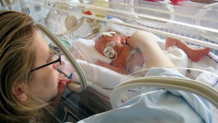 Малыш в результате преждевременных родов может достаточно долгое время находиться в инкубаторе.