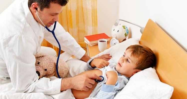 Если у ребенка кашель и температура, стоит показать его врачу, чтобы он прослушал легкие.