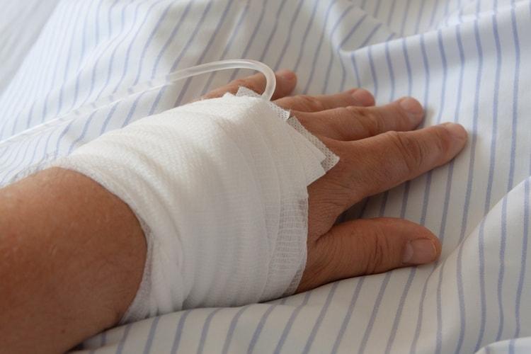 В ряде случаев детей с пневмонией госпитализируют, ставят капельницу.