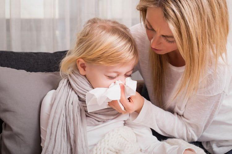 Если малышей чаще всего при пневмонии госпитализируют, то деток постарше врачи могут разрешить лечить дома.