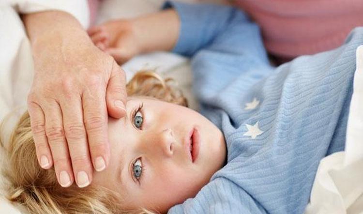 О воспалении легких говорят такие симптомы у детей как бледность кожи, слабость, высокая температура ,а также кашель, но не всегда.