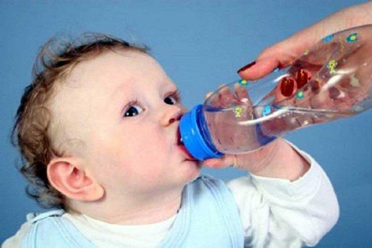 При поносе малышу надо много пить, чтобы избежать обезвоживания.