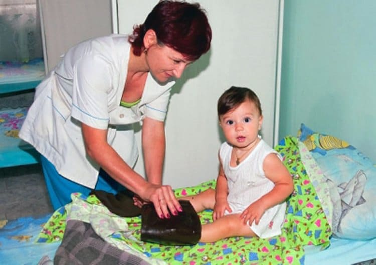 Нередко деткам назначают и парафинотерапию на те участки тела, которые страдают от рахита больше всего.