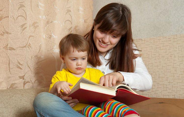 Развивашки для детей от 1 года должны включать чтение книжек, песенки.