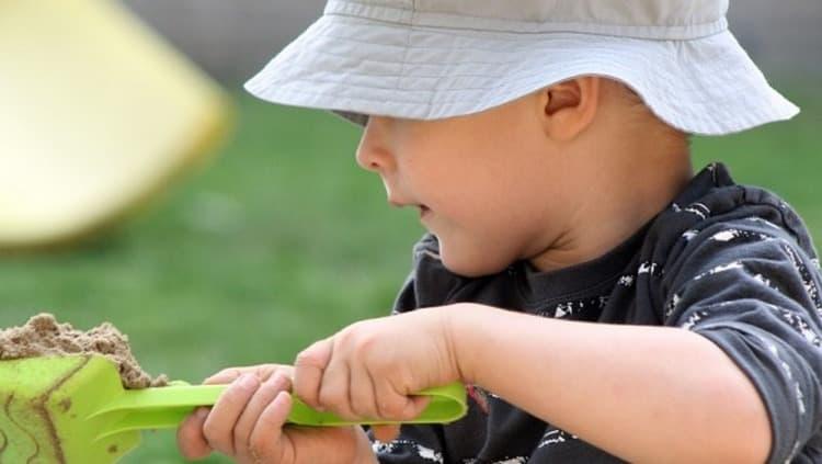 Если идете гулять с 10-месячным малышом, ему можно предложить поиграть в песочнице.