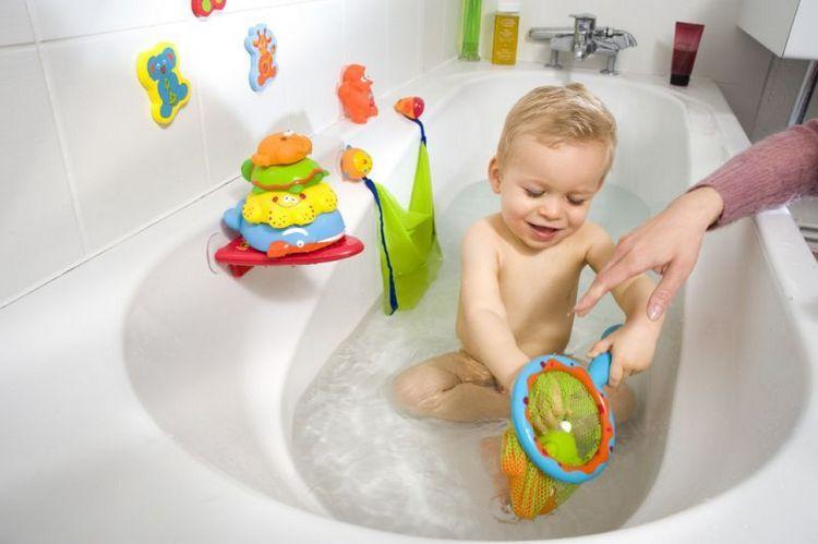В 10 месяцев детки охотно купаются с игрушками.
