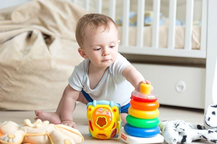 В это время очень актуальны различные развивающие игры, работа над развитием речи ребенка.