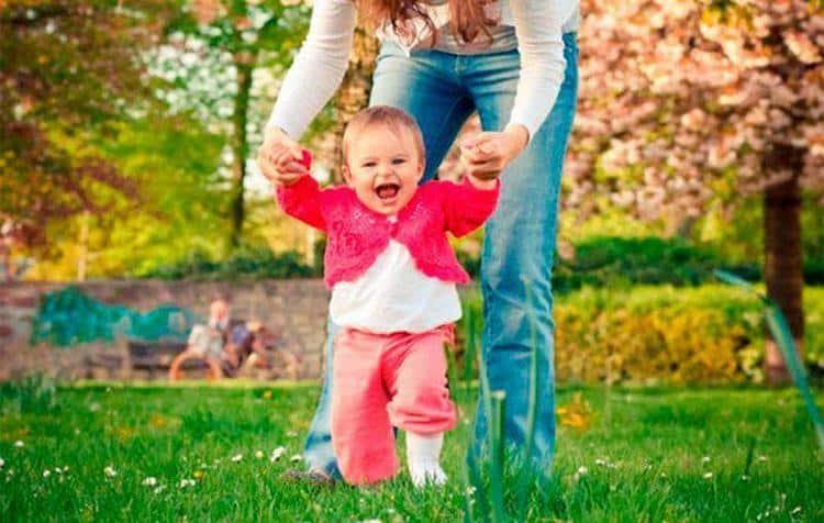 именно в этом возрасте гораздо более интересными становятся прогулки ребенка, так как многие детки уже могут топать, держать за руки родителей.