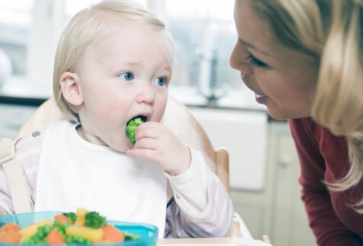 Режим питания ребенка в 10 месяцев пока остается 5-разовым.