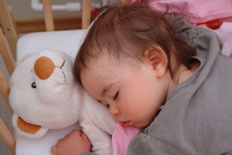 Режим сна ребенка в 10 месяцев должен предусматривать приблизительно 8-часовой ночной сон и один или два дневных, коротких.