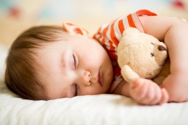 Дневной сон ребенка в 11 месяцев может делиться как на два периода, так и слиться в один.