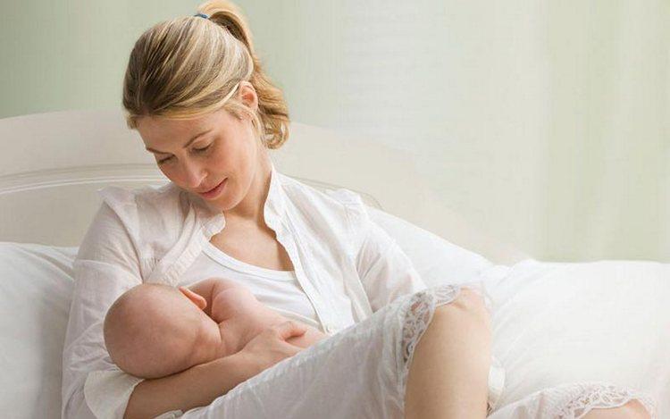 Режим ребенка в 2 месяца на грудном вскармливании может, конечно же, быть и свободным, с сохранением кормления по требованию.