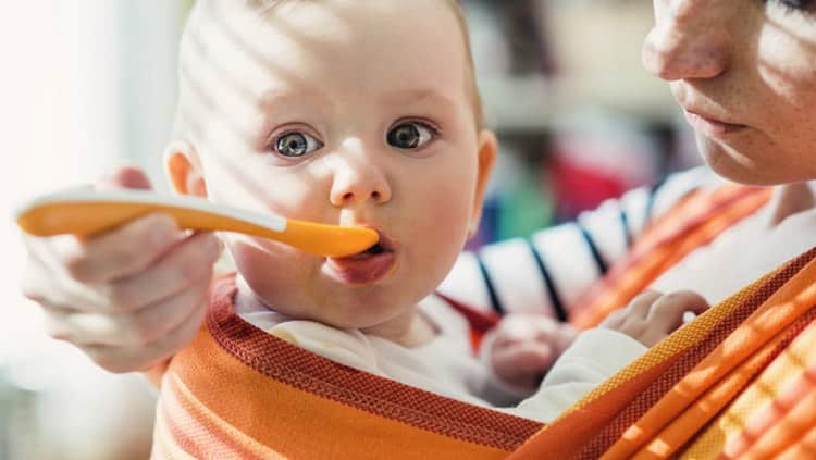 Для деток-искусственников уже можно вводить прикорм.
