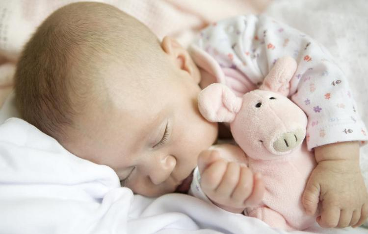 Сон ребенка в 5 месяцев за сутки должен составить около 16 часов.