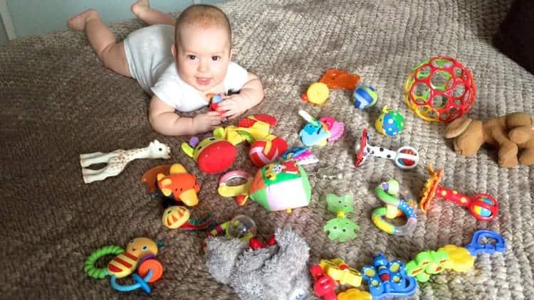В периоды бодрствования с малышом уже можно не просто играть, но и читать ему, заниматься развитием речи.