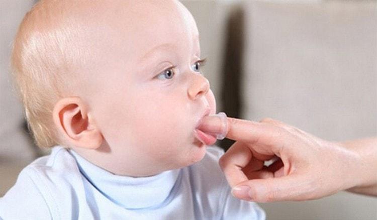Можно приучать малыша к зубной щетке.