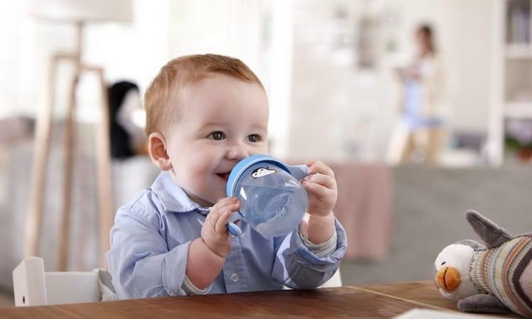 Режим питания ребенка в 7 месяцев уже достаточно сложный, появляется много новых продуктов, а вот грудного молока становится меньше.
