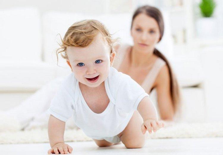Во время бодрствования малыши в этом возрасте активно ползают.