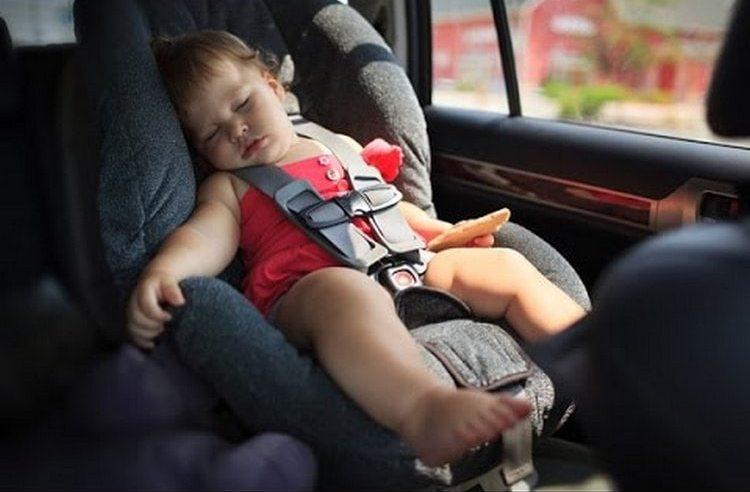 Поездки и путешествия, походы в гости, конечно, могут выбить ребенка из привычного распорядка.