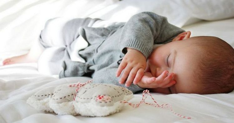 Режим сна ребенка в 9 месяцев уже значительно меняется в сравнении с предыдущими периодами.