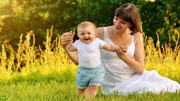 Режим ребенка в 9 месяцев при правильно распорядке дня должен включать длительные прогулки на свежем воздухе.