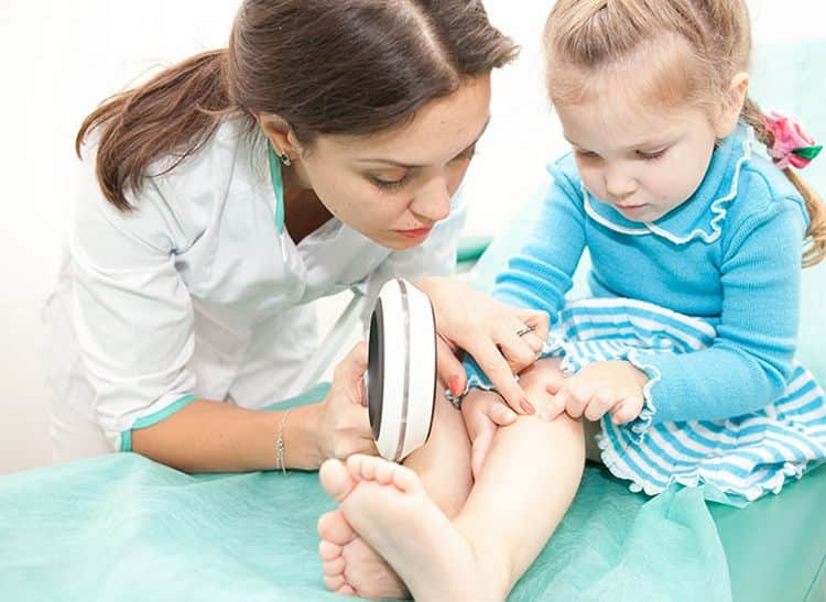 Только опытный дерматолог может назначать то, чем лечить розовый лишай у ребенка.