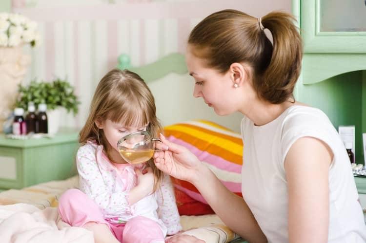 Поскольку организм при рвоте быстро обезвоживается, важно давать ребенку хоть немного попить.