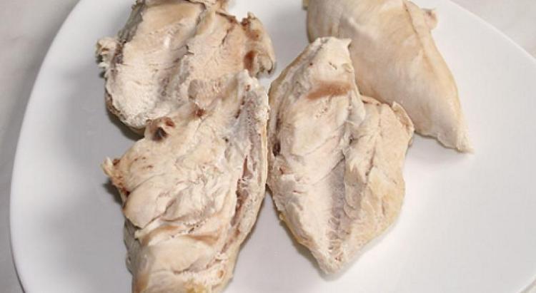 Если в первые дни после рвота и поноса от мяса надо отказаться, то уже через 2-3 дня можно дать малышу, например, отварную курятину.