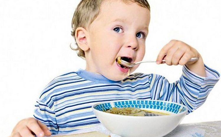 Понемногу. по мере выздоровления, ребенок будет возвращаться к привычной пище.
