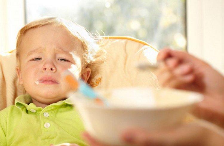 Не надо заставлять детей кушать, поскольку это может вызывать рвоту на психологическом уровне.